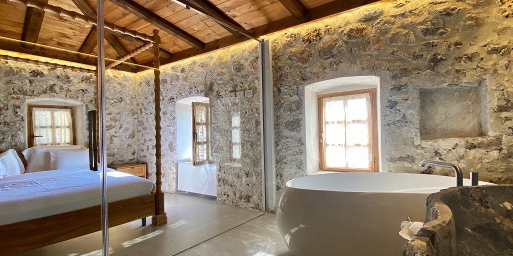 Zoe Hora, vackra hotellrum med stenväggar